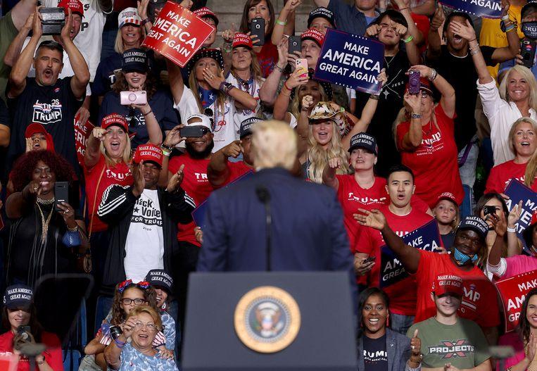 Aanhangers reageren op president Donald Trump aan het einde van zijn toespraak.  Beeld Getty Images