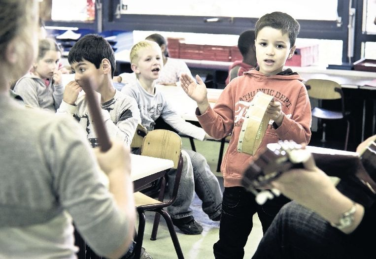 Op basisschool De Meiboom in Nijmegen krijgen de leerlingen elke week een uur muziekles van een gediplomeerde docent. © Koen Verheijden Beeld