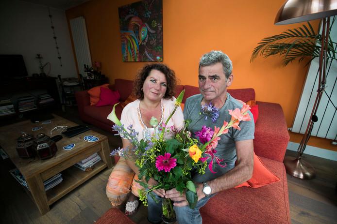 Sancha Schuurs en Wim de Win met een bos bloemen van het UWV.