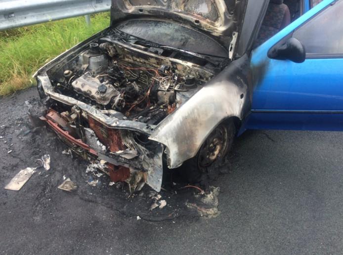 De auto is aan de voorkant volledig verwoest.