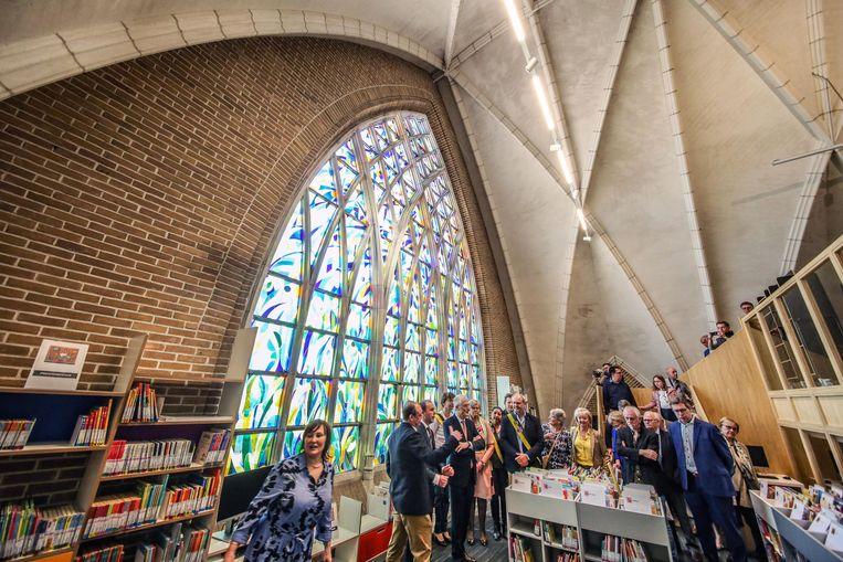 Het vroegere doksaal met imposant glasraam, waar de collectie voor peuters en kleuters zit.