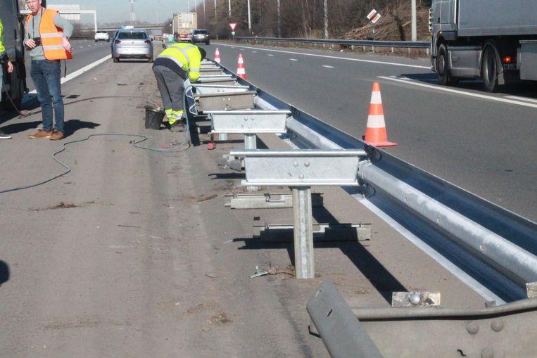 De arbeiders waren bezig met het vervangen van de vangrails.