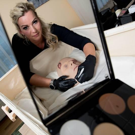 Visagiste Diana Bonn aan het werk met haar kunststof model Bram.