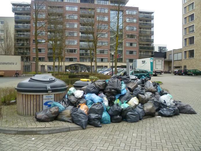 Bijzetafval in de Maria van Bourgondiëlaan in Eindhoven