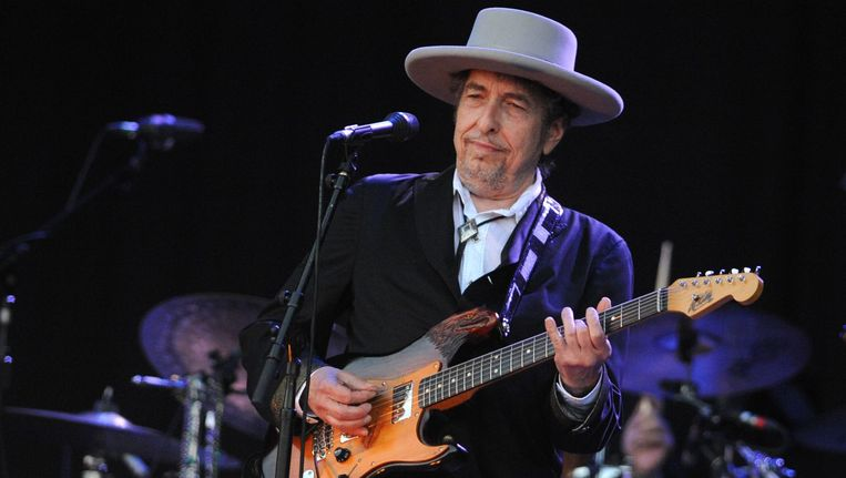 Bob Dylan tijdens een concert in Frankrijk. In Eindhoven mocht niet gefotografeerd worden. Beeld AFP