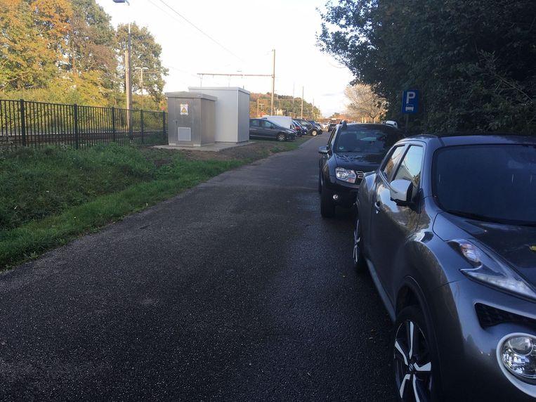 Onder meer aan het station van Testelt is het bestaande parkeeraanbod op sommige momenten onvoldoende en moeten wagens langs de kant van de weg parkeren...