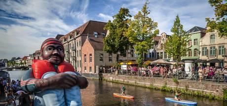Reusachtige opblaasbare vluchteling onderweg naar Nederland
