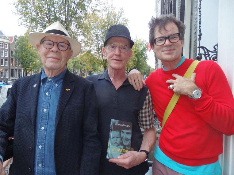 Choreograaf Hans van Manen, zijn partner Henk van Dijk en schrijver Willem Melchior. Allemaal mamma's-kindjes? 'Absoluut!' Beeld Schuim