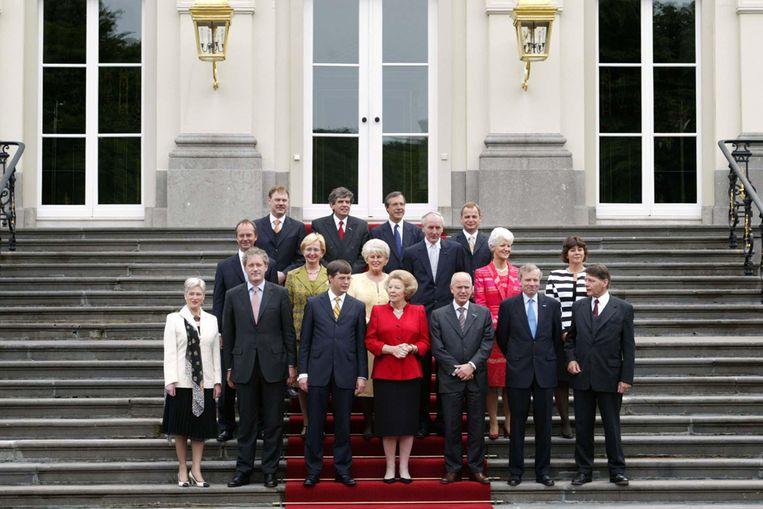 Alle ministers van het kabinet Balkenende II staan, na een formatieperiode van 125 dagen, samen met koningin Beatrix op het bordes voor de groepfoto. (ANP) Beeld