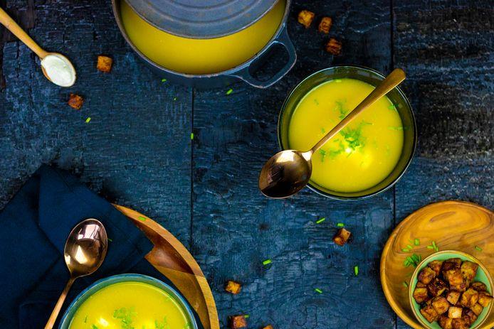 Gele paprika soep met knapperige tofucroutons