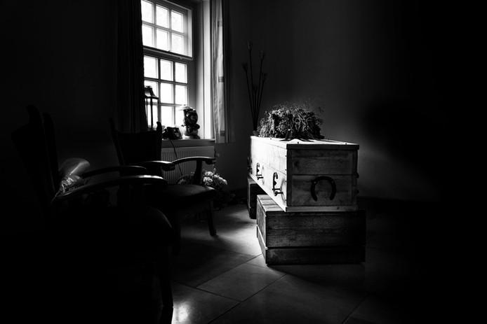 De uitvaartkist van een overleden hoefsmid. Foto Marc van den Hout