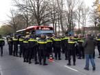 Een apart tafereel: politie  vordert bussen in Veldhoven