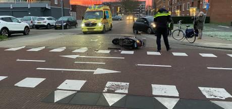 Scooterrijder klapt vol op auto in Deventer en raakt lichtgewond