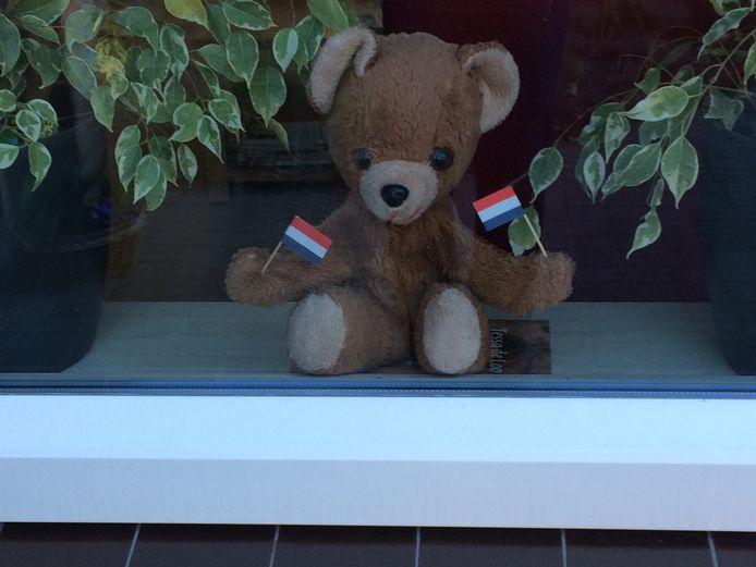 De familie Radstake heeft in Vorden een mooie combinatie gevonden tussen herdenken en berenjacht, die populair is nu kinderen vanwege het coronavirus niet naar school gaan.