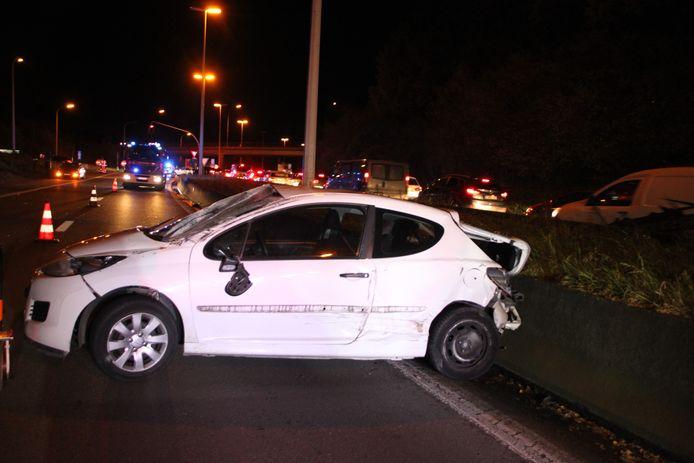 De Peugeot raakte volledig verhakkeld en moest getakeld worden langs de R8 in Bissegem.