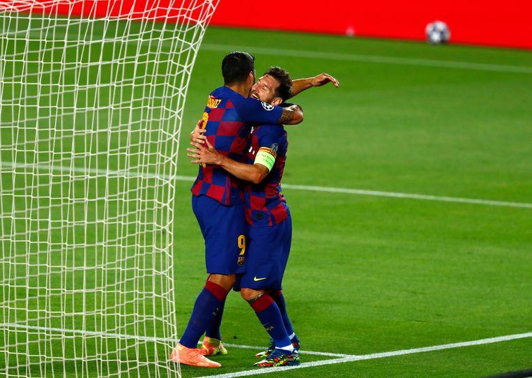 Messi viert een doelpunt met zijn maatje Luis Suárez tijdens de thuiswedstrijd van de achtste finale van de Champions League tegen Napoli.  Beeld AP