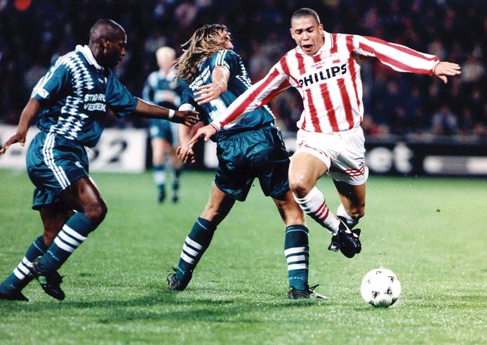PSV'er Ronaldo (r) passeert Feyenoord-verdedigers John de Wolf en Errol Refos.