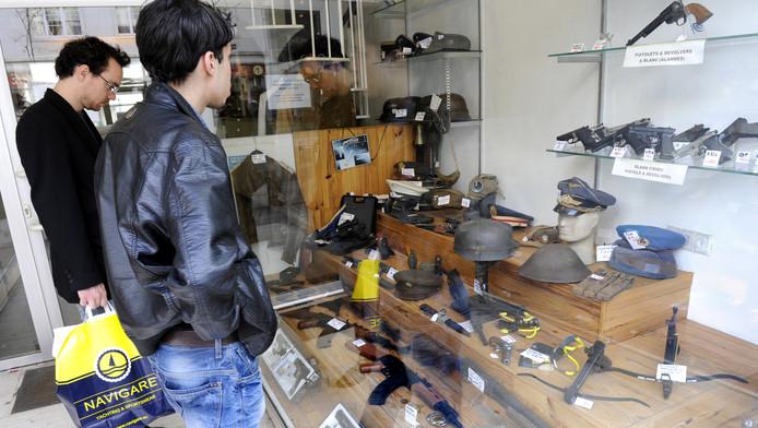 Een winkel in Brussel waar de zware wapens gewoon over de toonbank gaan.