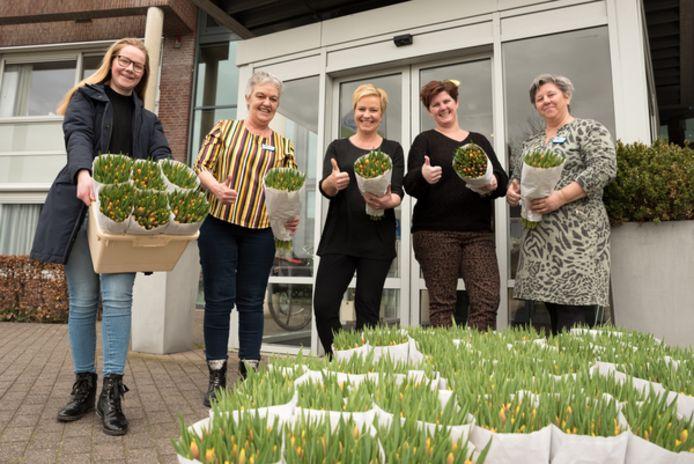 Marina Boot (dochter van Jan Boot) overhandigt de boeketten aan teamleider Rita van Gemeren, Dyanne Dorst, Anja Stouten en Janwillie van den Berge.