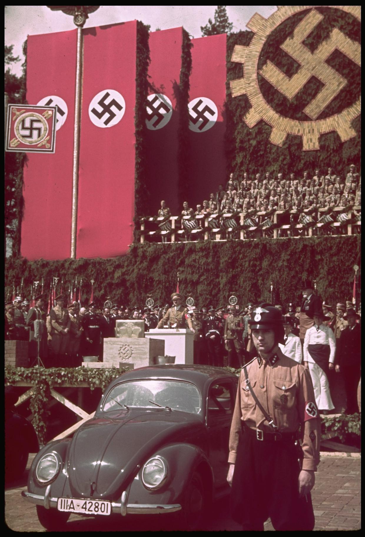 Hitler spreekt tijdens de ceremonie van de eerstesteenlegging bij de Volkswagenfabriek in Fallersleben. Beeld The LIFE Picture Collection/Getty