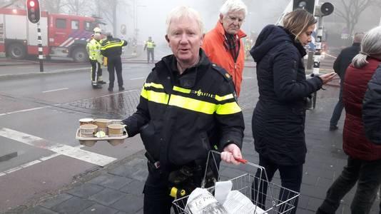 Een ondernemer in de buurt stelde koffie en broodjes beschikbaar voor de evacués.