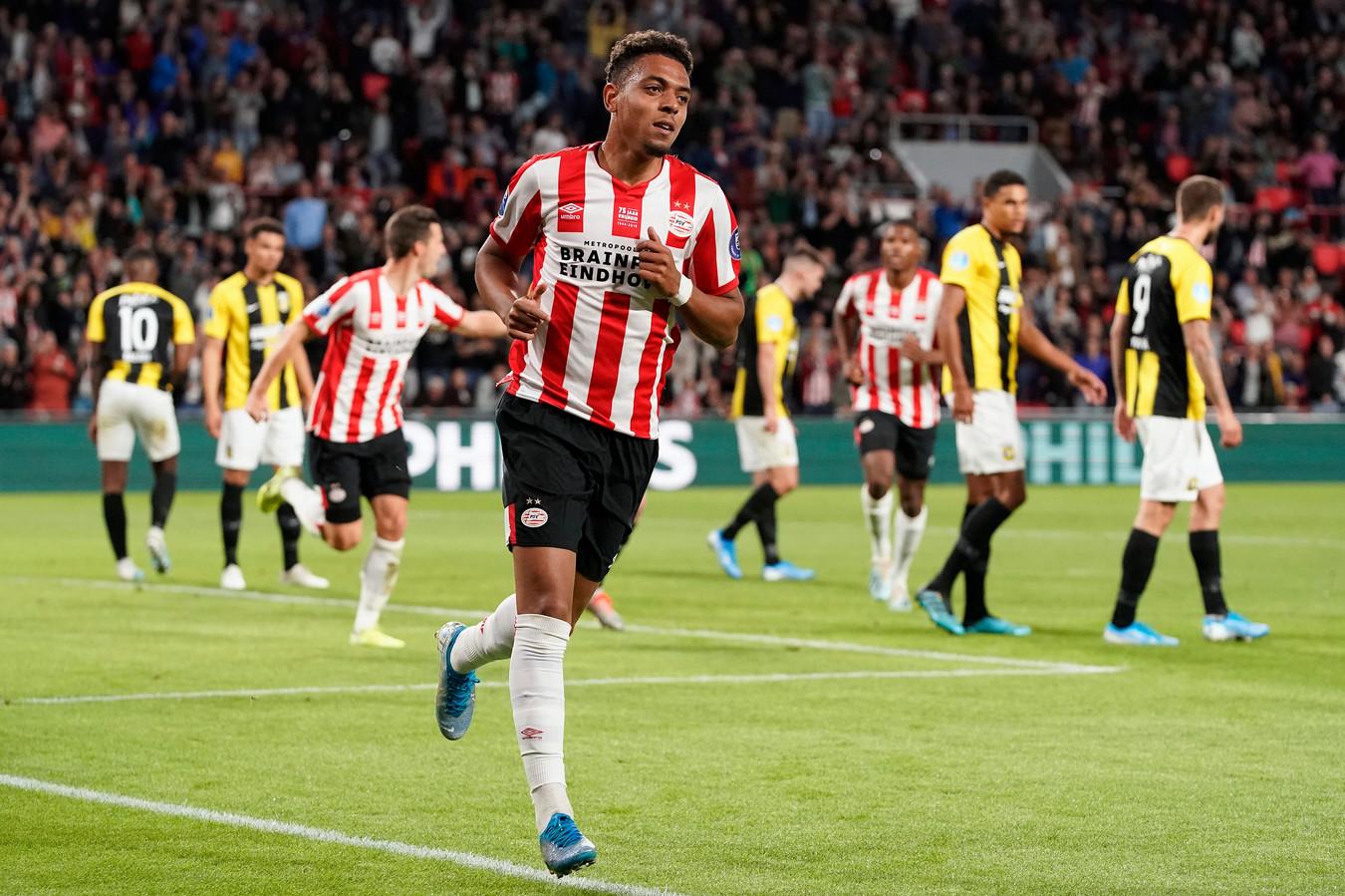 Donyell Malen viert de tweede goal voor PSV tegen Vitesse.