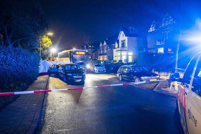 Hulpdiensten aan het werk bij een groot ongeluk aan de Comeniuslaan in Bussum. Een bus is tegen meerdere auto's aangereden