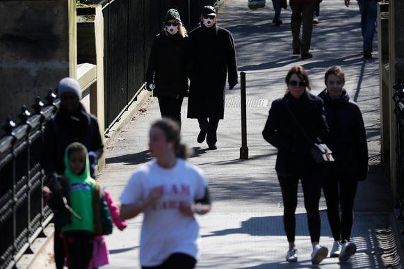 Wandelaars en joggers gisteren in een zonnig Regents Park in Londen, een van de grootste parken van de Britse hoofdstad.