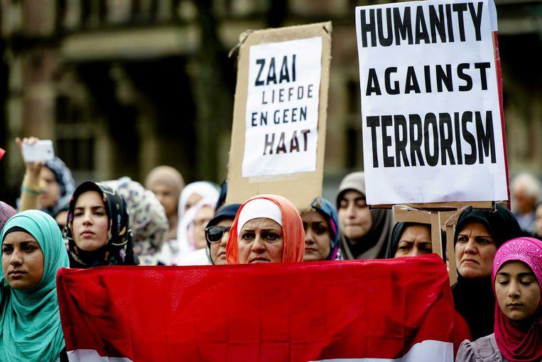 Deelnemers aan een anti-IS demonstratie op het Haagse Plein. Beeld ANP