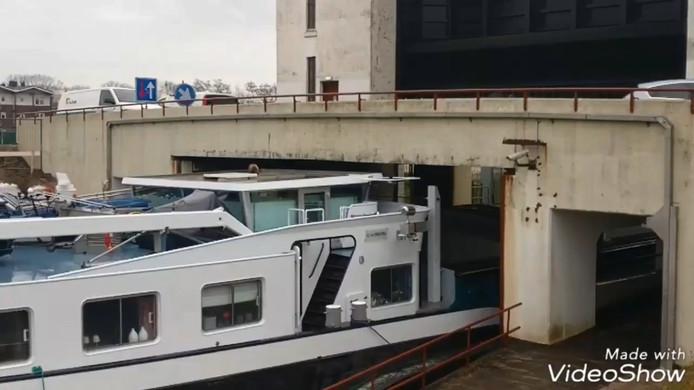 Het schip vaart vlak onder de brug door.