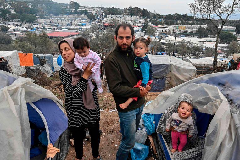 Een Syrische familie in kamp Moria op Lesbos.  Beeld AFP