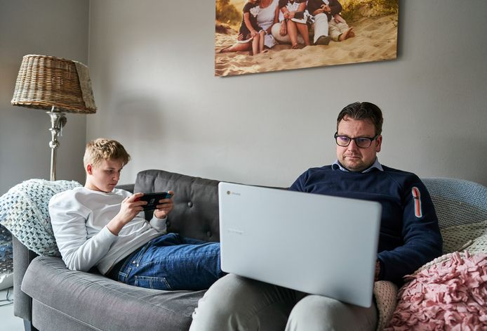 Hans Knetsch werkt thuis, hij deelt de bank met zijn zoon. Sommige jongeren van jeugdzorginstelling De Hoenderloo Groep - die gaat sluiten - wonen weer tijdelijk bij hun ouders vanwege de corona-maatregelen.