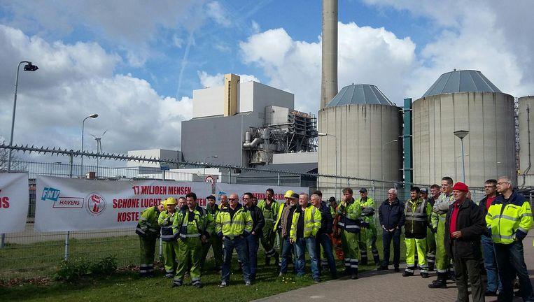 Havenarbeiders en klimaatactivisten samen in actie bij Hemwegcentrale. Beeld Bart van Zoelen