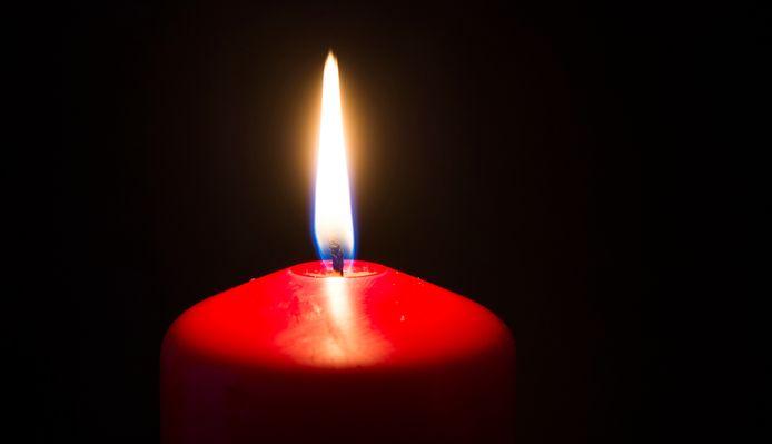 2015-12-02 01:00:01 DEN HAAG - Een brandende kaars. ANP XTRA LEX VAN LIESHOUT