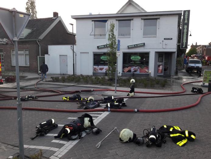 Klus geklaard, brandweer is brand boven Asya Bakkerij in Waalwijk meester