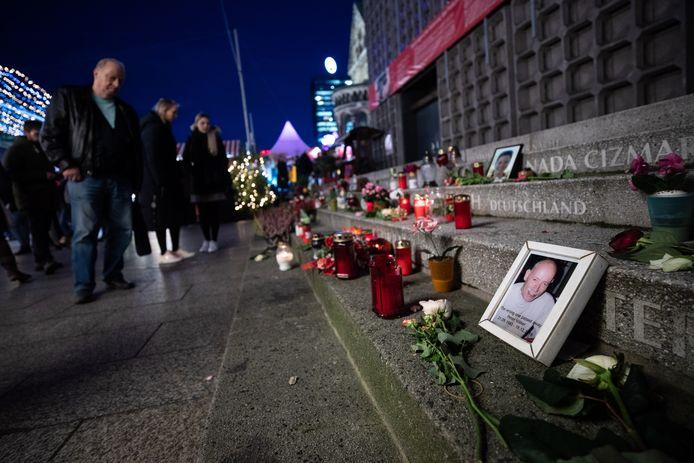 Mensen staan bij het herdenkingsmonument in Berlijn.