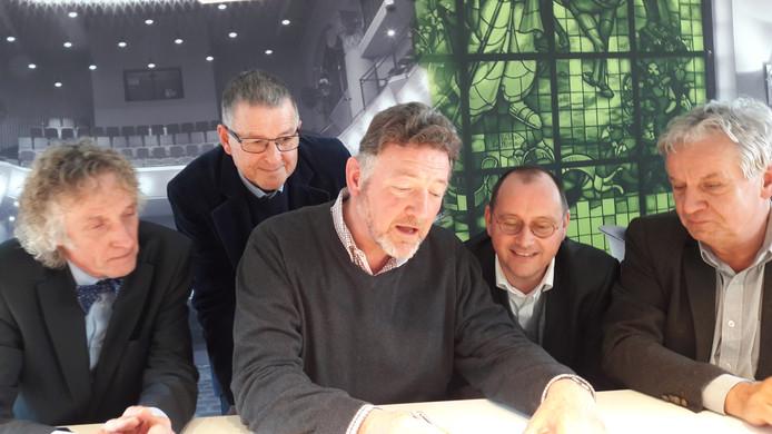 Ondertekening samenwerkingsovereenkomst om de Gertrudiskerk in Bergen op Zoom letterlijk en figuurlijk beter in de schijnwerpers te zetten bij het publiek. V.l.n.r. Jan van Wijk van de Lievevrouweparochie, directeur Cees Meijer van het Cultuurbedrijf, Koert Damveld namens Gertrudis Cultuurstichting, wethouder Arjan van der Weegen en Ad Segers van SBM.