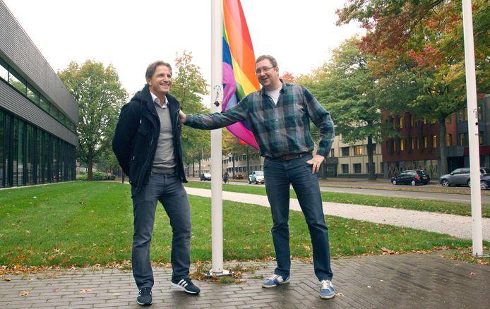 Peters (r) hijst de regenboogvlag met Marc van Hintum in 2014.