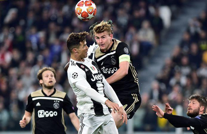 De Ligt in duel met Cristiano Ronaldo.