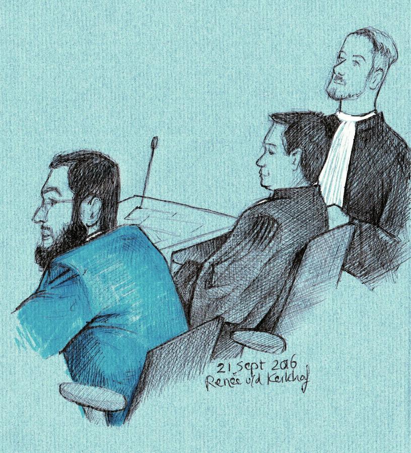 Behzad R. met zijn advocaten op de zitting in de extra beveiligde rechtbank op de luchthaven Schiphol.