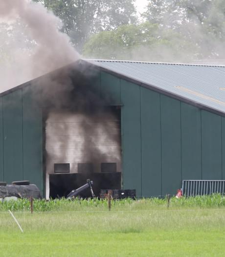 Grote brand in loods met landbouwvoertuigen in Den Dungen