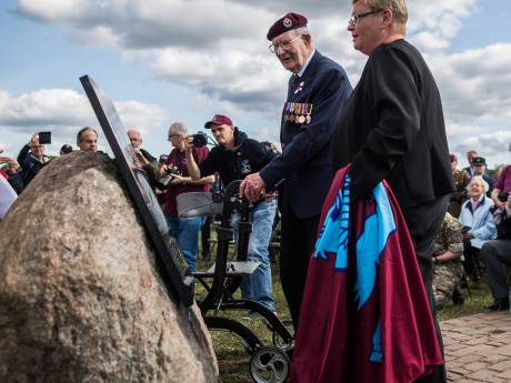 Arnhem Veteraan Ron Johnson eert de vliegeniers die omkwamen bij Wolfheze: 'Ze vlogen de dood tegemoet'