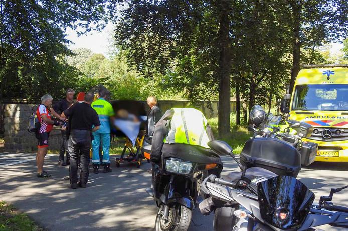 Motorrijders schieten te hulp bij een gevallen fietsster