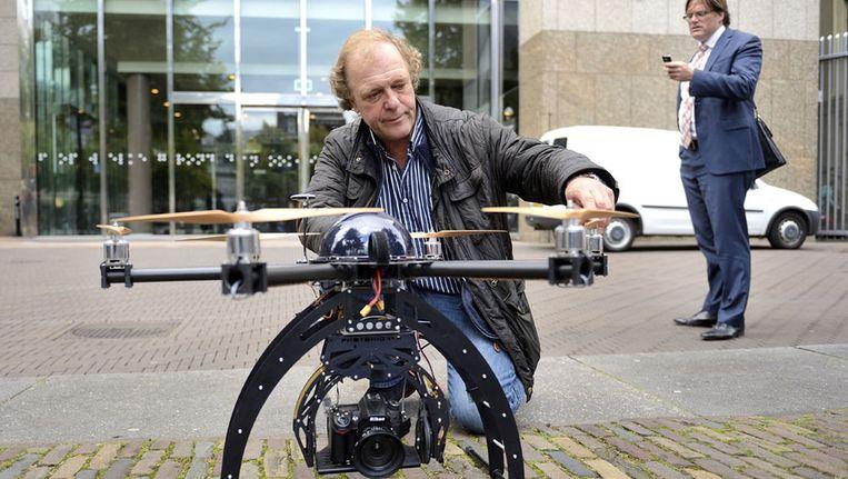 Een drone voor de Tweede Kamer tijdens de hoorzitting over de juridische aspecten van het gebruik van onbemande vliegtuigjes in Nederland, september vorig jaar. Beeld anp