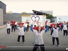VIDEO. Medewerkers maaltijdorganisatie Ruddersstove dansen corona-ellende weg