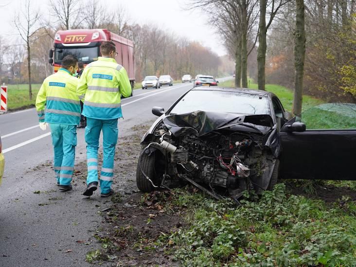 Automobilist verliest macht over het stuur en botst tegen boom in Oud Gastel