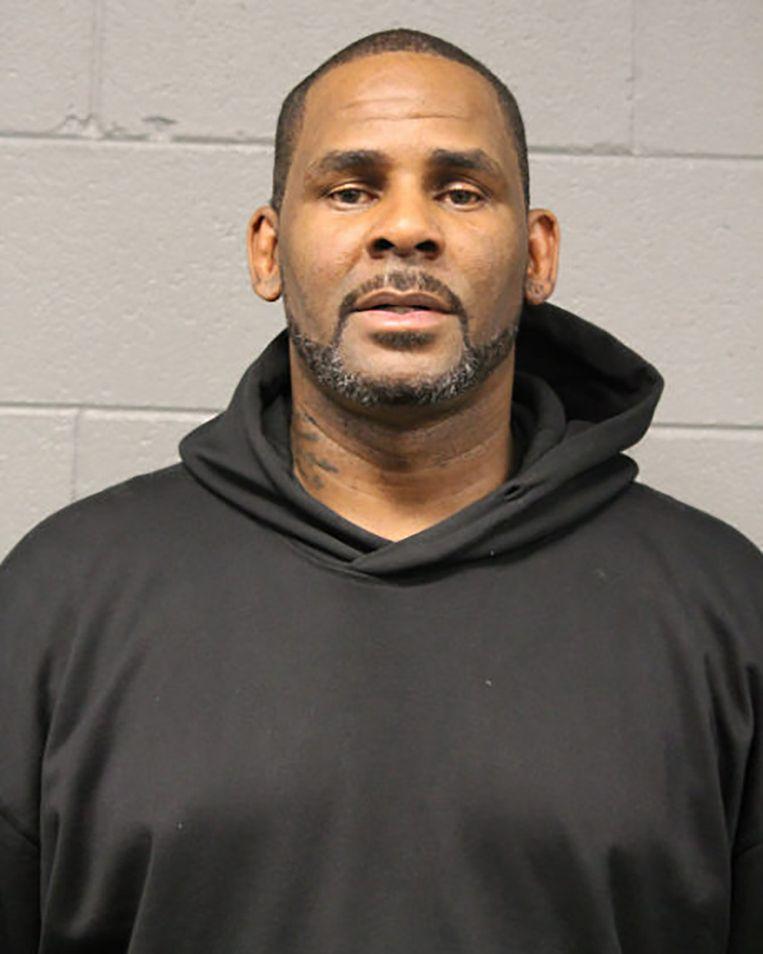 De politiefoto die van R. Kelly werd gemaakt toen hij zichzelf aangaf op het politiebureau van Chicago op 23 februari. Beeld AFP