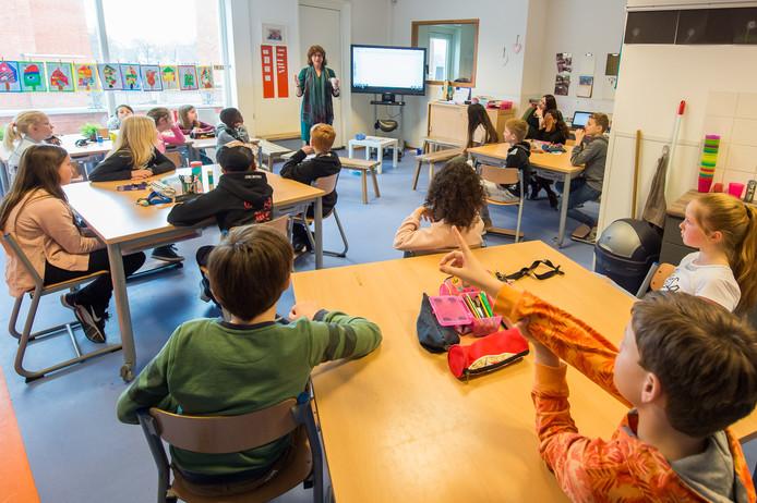 Wethouder Miriam Haagh luistert op basisschool de Springplank in Teteringen naar de smoesjes die de kinderen bekennen.  Foto René Schotanus/Pix4Profs