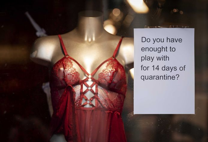 Op de Amsterdamse Wallen ligt de seksindustrie stil vanwege het coronavirus.