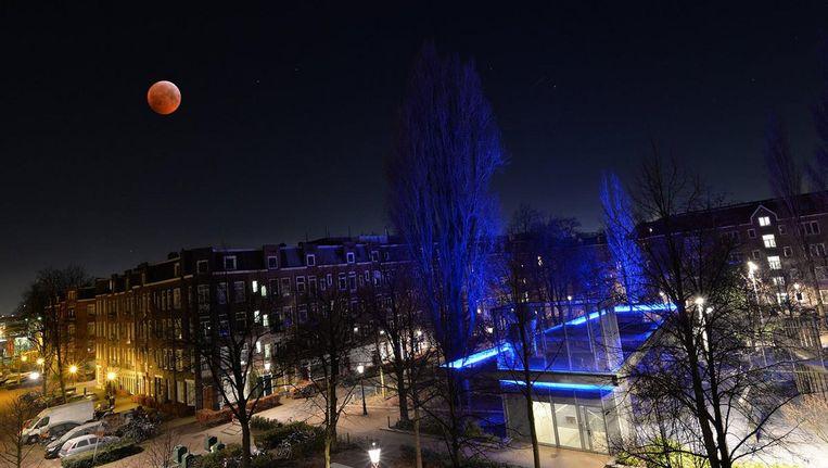 De bloedmaan boven het Van Beuningenplein in Amsterdam Beeld Roelof Foppen